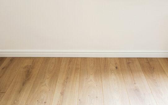 Bezig met een nieuwe vloer? Investeer gelijk in vochtwerende plinten
